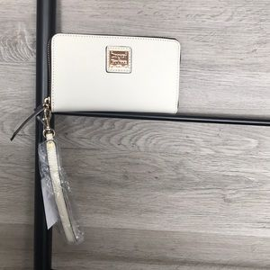 NWT-Dooney&Bourke Beacon Leather Zip Wallet, Bone